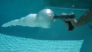 شلیک گلوله در زیر آب استخر